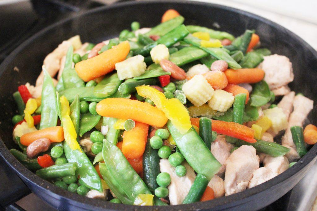 Фото рецепта - Филе индейки, тушеное с овощами - шаг 3