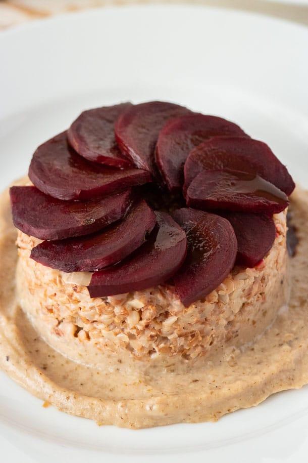 Фото рецепта - Гречневая каша со свеклой на тыквенно-ореховом соусе - шаг 8