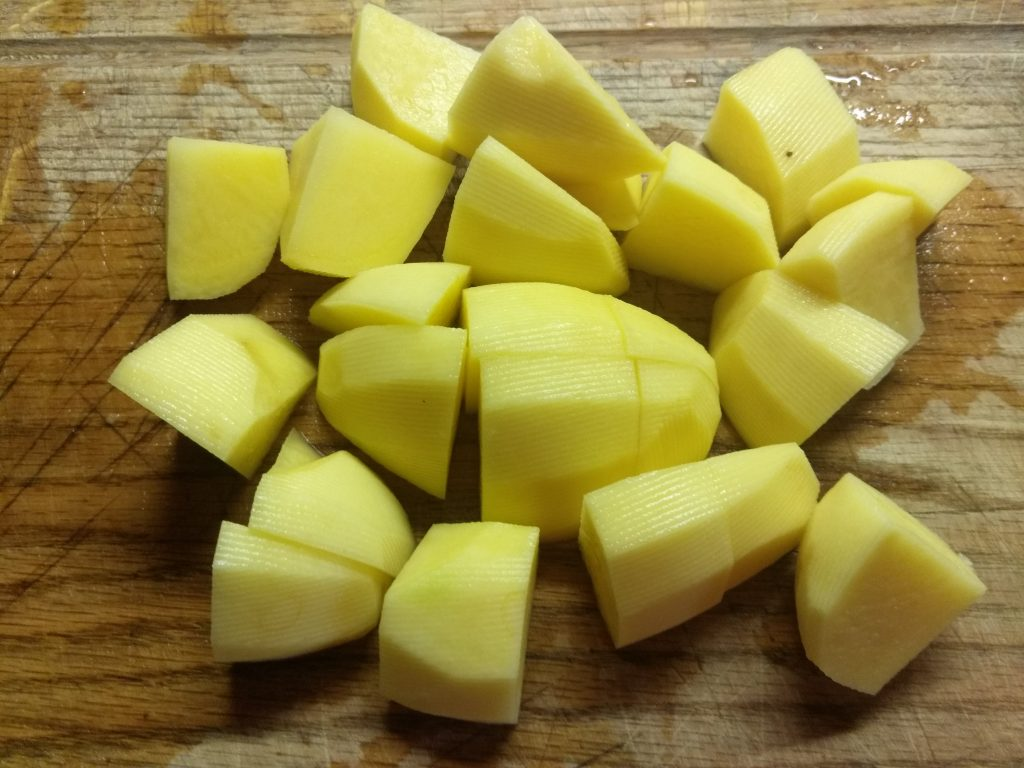 Фото рецепта - Пюре из картофеля и зеленого горошка с чесноком и пармезаном - шаг 1