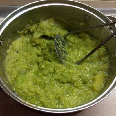 Фото рецепта - Пюре из картофеля и зеленого горошка с чесноком и пармезаном - шаг 5