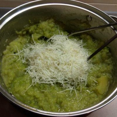 Фото рецепта - Пюре из картофеля и зеленого горошка с чесноком и пармезаном - шаг 6