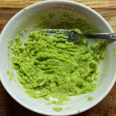 Фото рецепта - Бутерброды с соусом из авокадо и запеченным мясом - шаг 2
