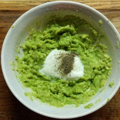 Фото рецепта - Бутерброды с соусом из авокадо и запеченным мясом - шаг 3