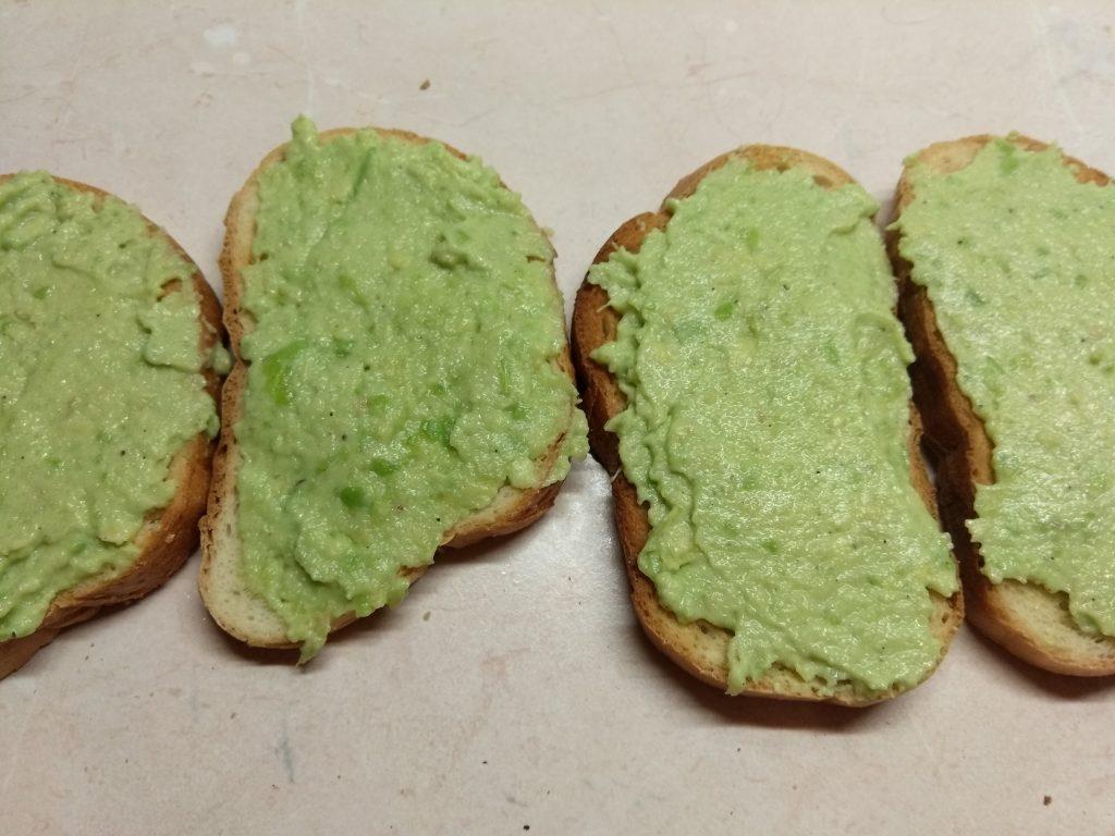 Фото рецепта - Бутерброды с соусом из авокадо и запеченным мясом - шаг 4