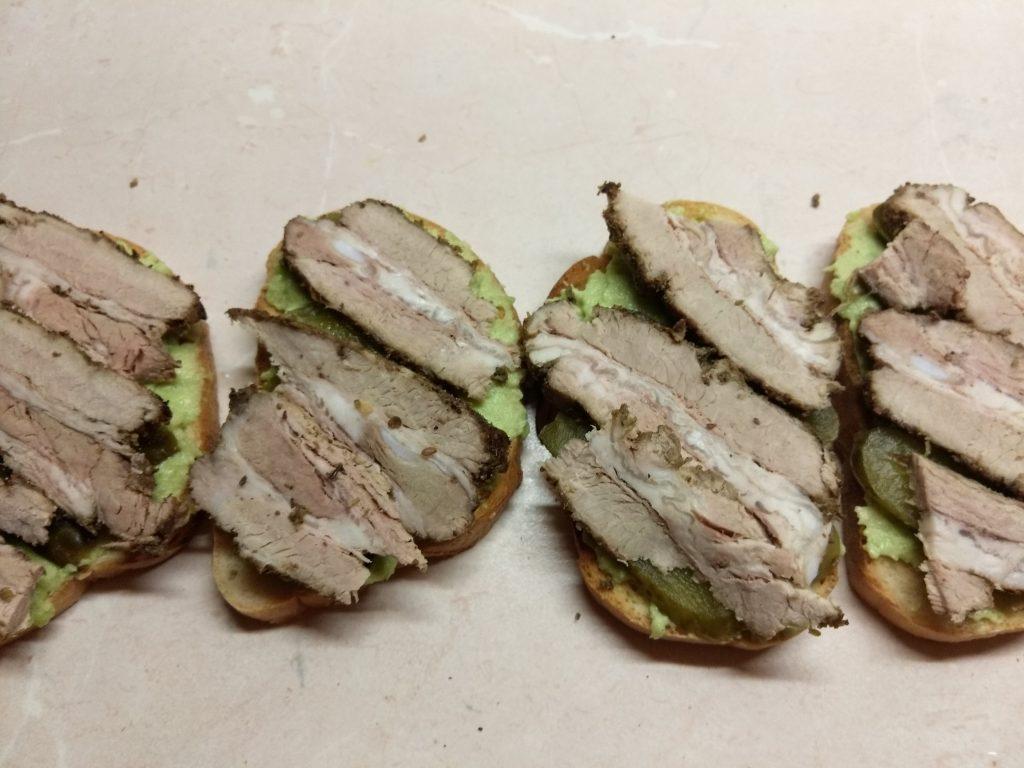 Фото рецепта - Бутерброды с соусом из авокадо и запеченным мясом - шаг 6