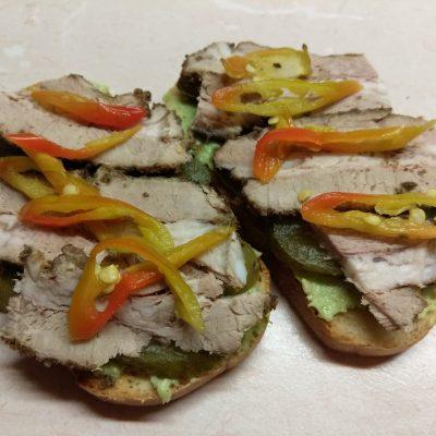 Фото рецепта - Бутерброды с соусом из авокадо и запеченным мясом - шаг 7