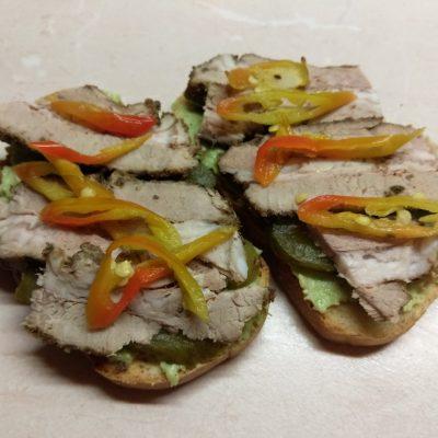 Бутерброды с соусом из авокадо и запеченным мясом - рецепт с фото