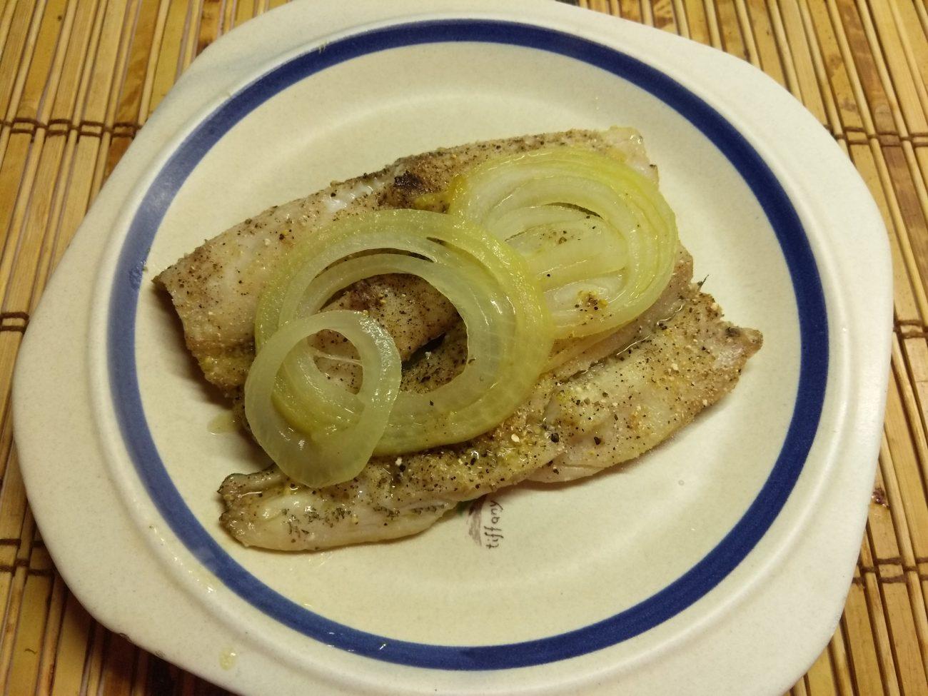 Рыба хек, запеченная в духовке со специями