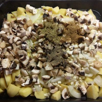 Фото рецепта - Картофель, запеченный в духовке с шампиньонами - шаг 5