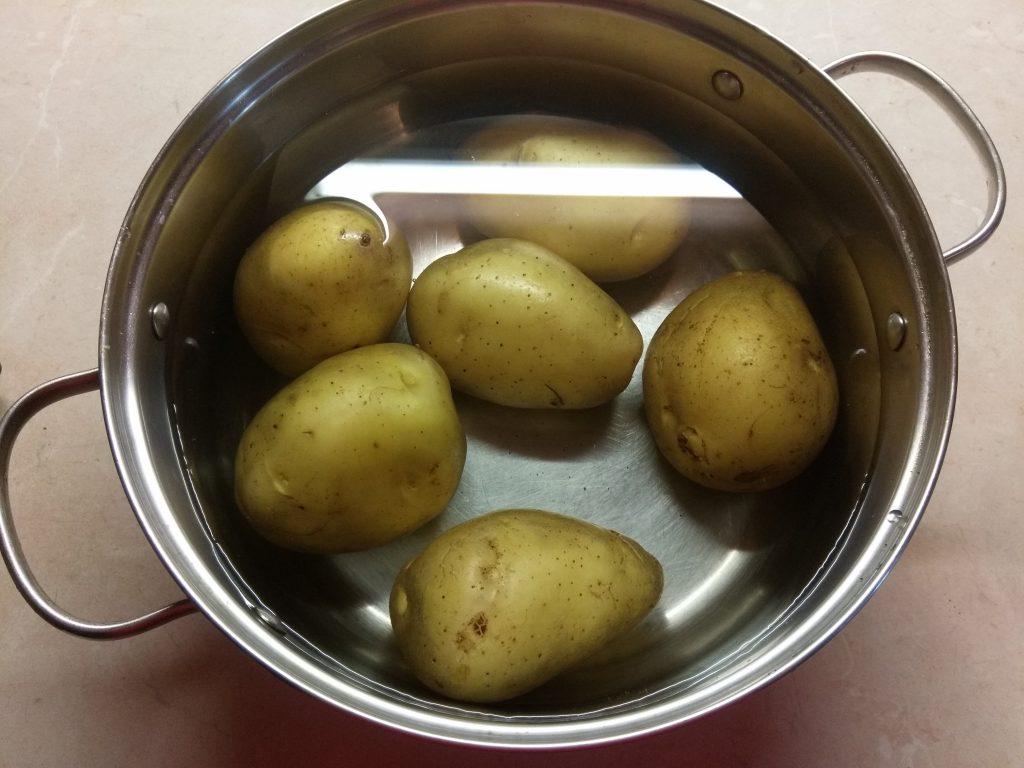 Фото рецепта - Половинки картофеля, запеченные со шкварками - шаг 1