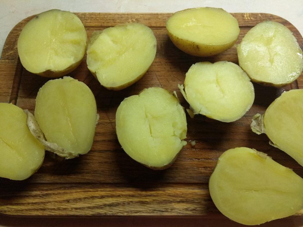 Фото рецепта - Половинки картофеля, запеченные со шкварками - шаг 2