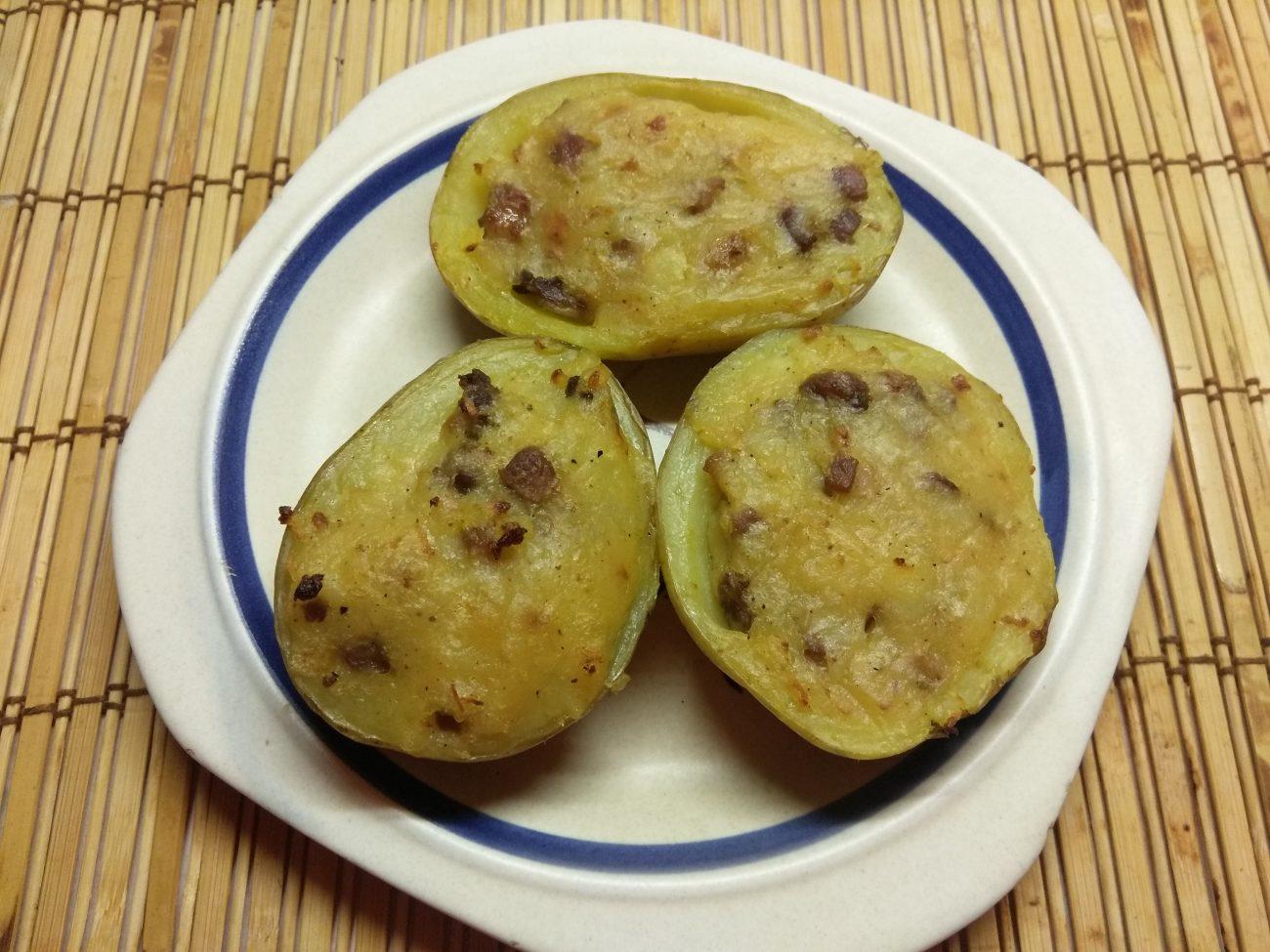 Половинки картофеля, запеченные со шкварками