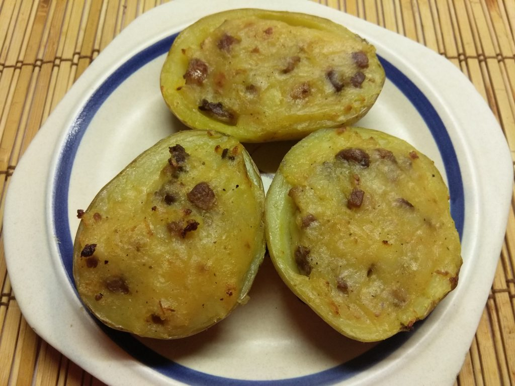Фото рецепта - Половинки картофеля, запеченные со шкварками - шаг 7