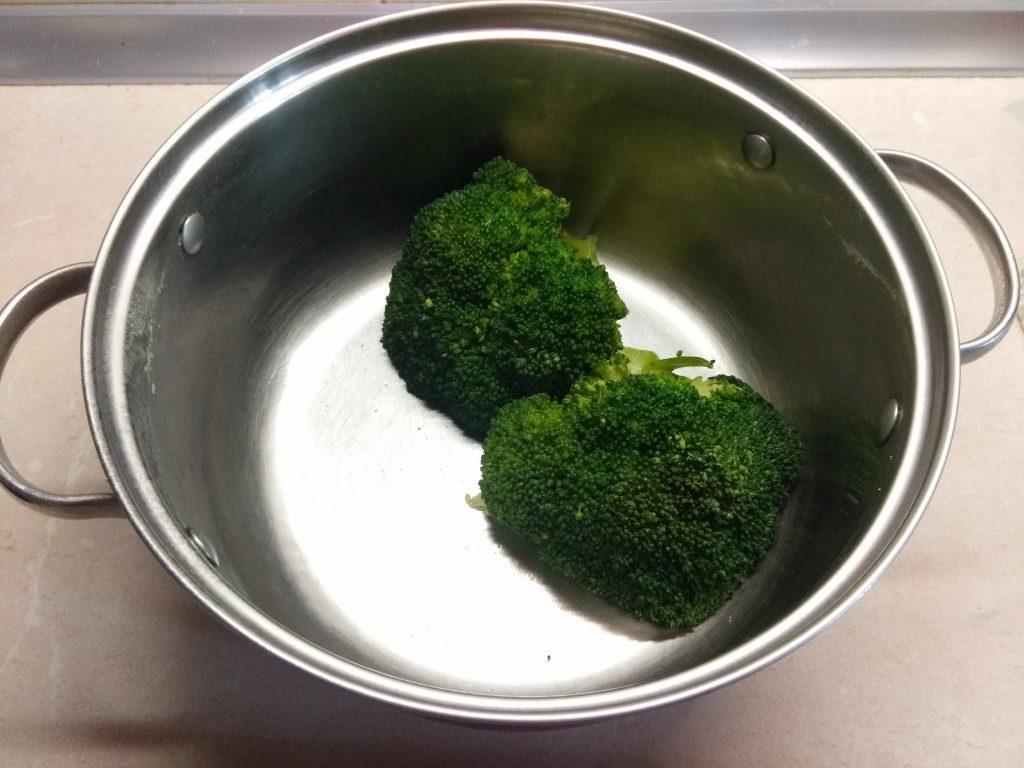 Фото рецепта - Запеканка с брокколи и сосисками - шаг 1