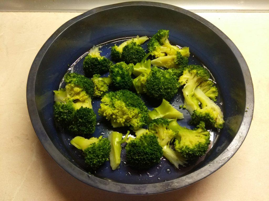 Фото рецепта - Запеканка с брокколи и сосисками - шаг 2