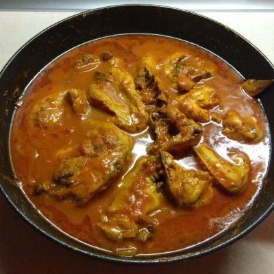 Фото рецепта - Курица, тушенная в томатном соке - шаг 6