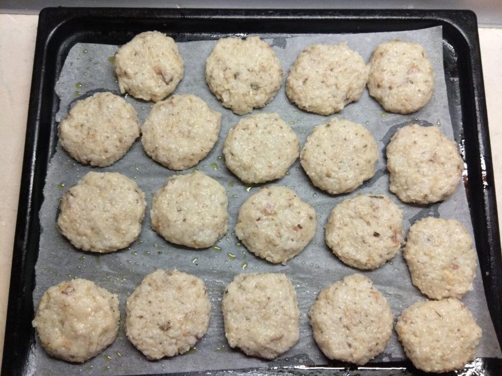 Фото рецепта - Запеченные рисовые котлеты с консервированными сардинами - шаг 4