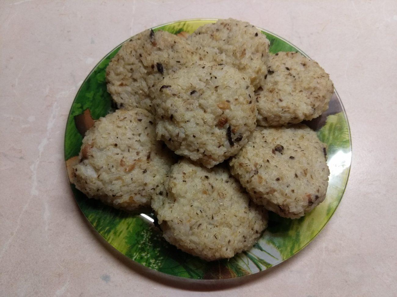 Запеченные рисовые котлеты с консервированными сардинами