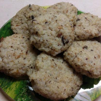 Фото рецепта - Запеченные рисовые котлеты с консервированными сардинами - шаг 5