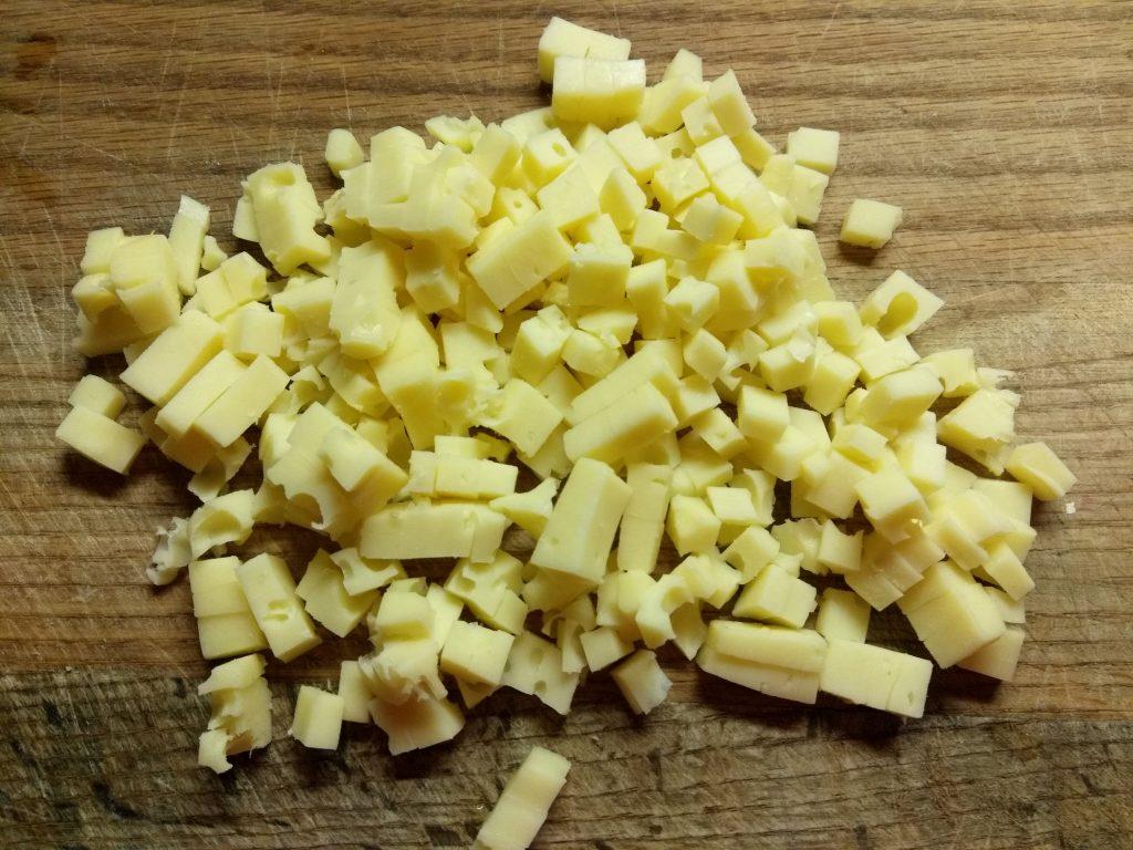 Фото рецепта - Салат с лососем, огурцами и кукурузой - шаг 2