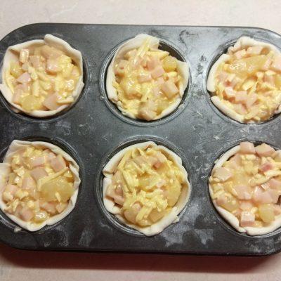Фото рецепта - Кексы с ананасом и куриным рулетом - шаг 5