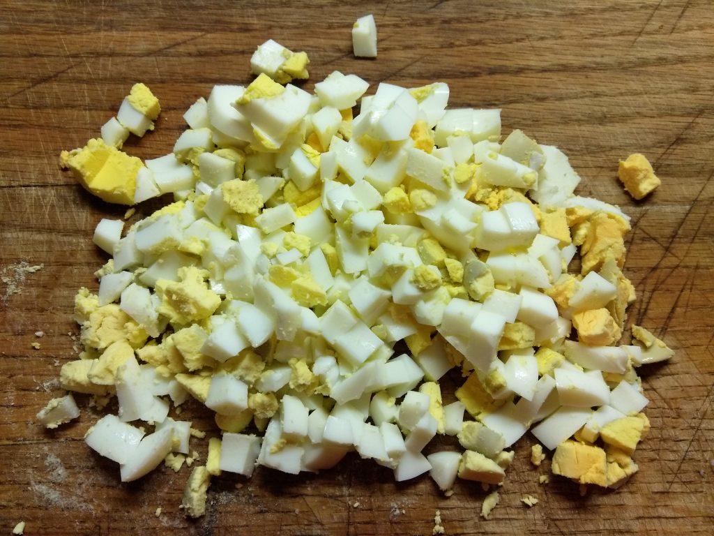 Фото рецепта - Салат с лососем, огурцами и кукурузой - шаг 3