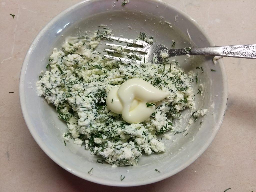 Фото рецепта - Творожная закуска из соленого лосося, огурца и оливок - шаг 3