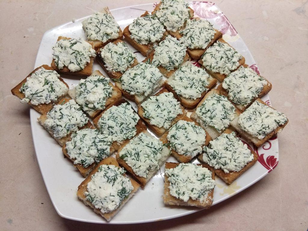 Фото рецепта - Творожная закуска из соленого лосося, огурца и оливок - шаг 5