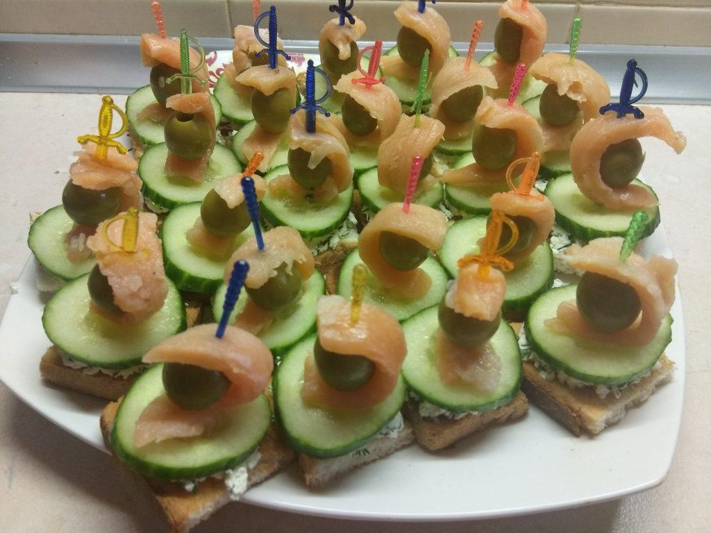 Фото рецепта - Творожная закуска из соленого лосося, огурца и оливок - шаг 7