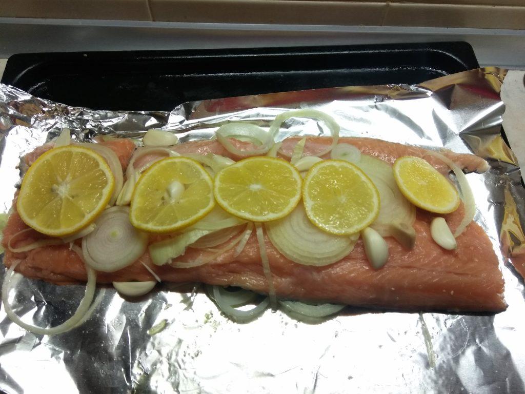 Фото рецепта - Лосось запеченный с черри, луком и лимоном - шаг 4