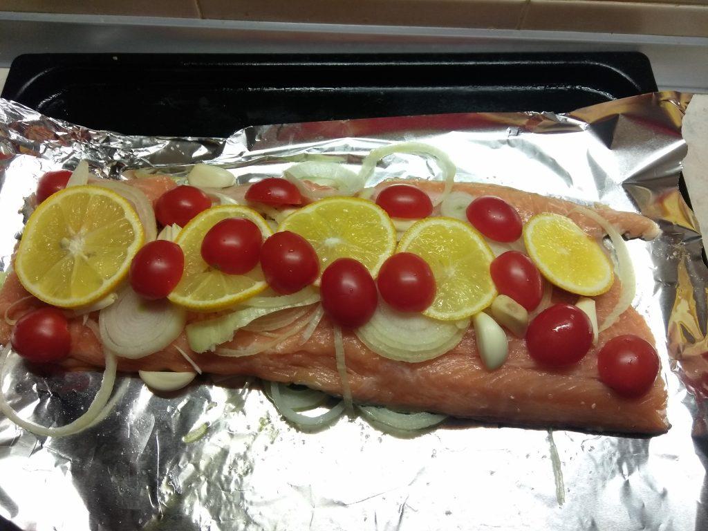 Фото рецепта - Лосось запеченный с черри, луком и лимоном - шаг 5