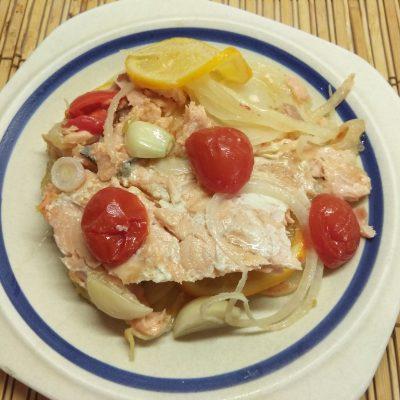 Фото рецепта - Лосось запеченный с черри, луком и лимоном - шаг 6
