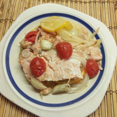 Лосось запеченный с черри, луком и лимоном - рецепт с фото