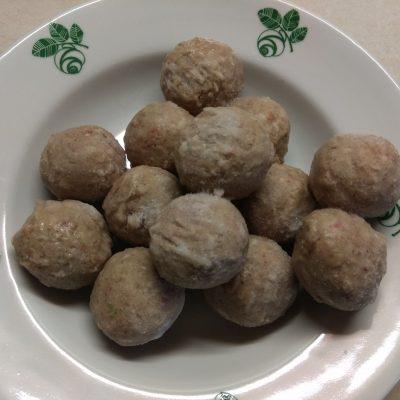 Фото рецепта - Красный борщ с фасолью и куриными фрикадельками - шаг 4