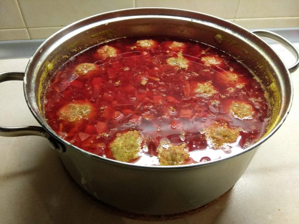 Фото рецепта - Красный борщ с фасолью и куриными фрикадельками - шаг 5