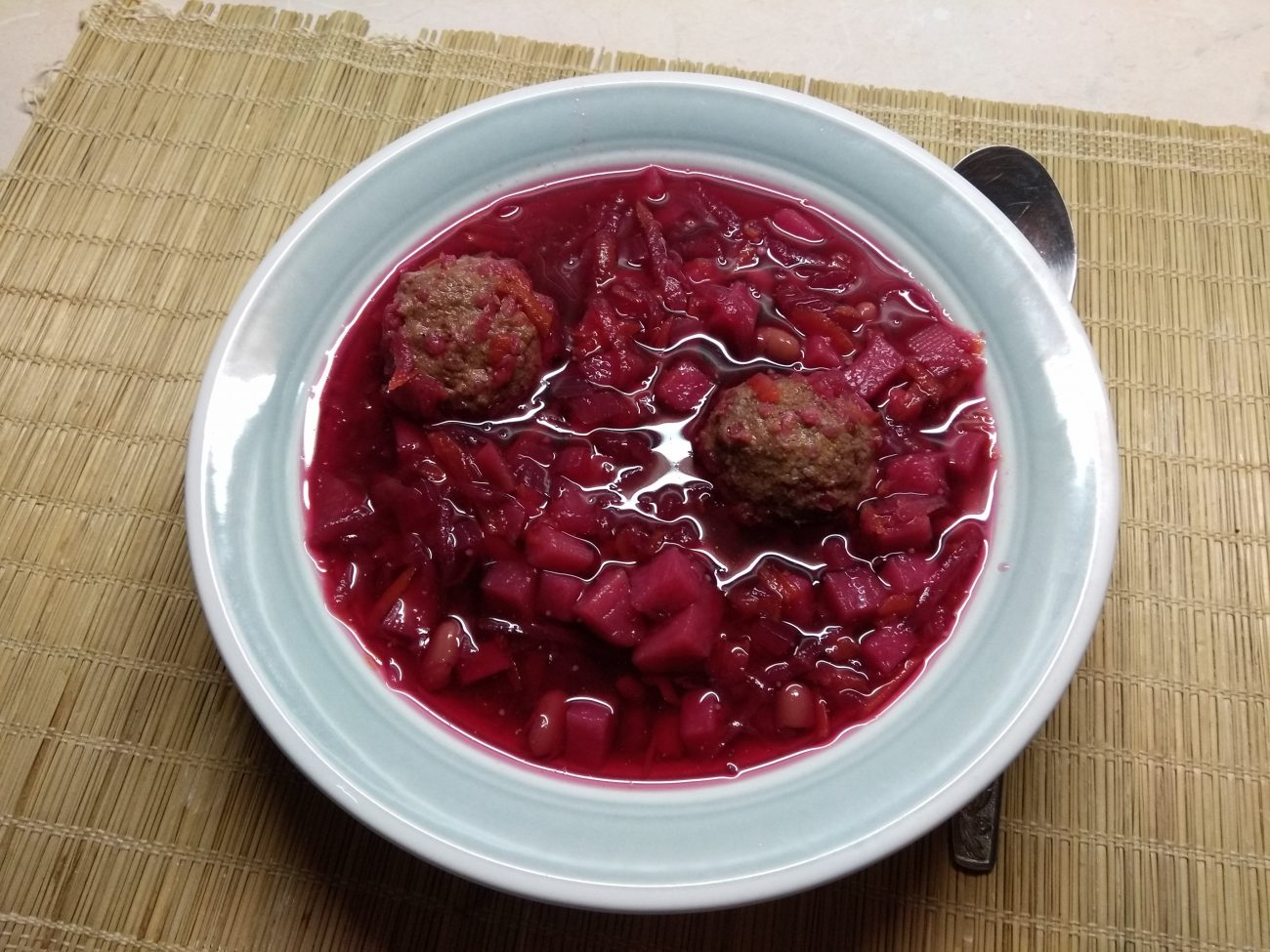 Красный борщ с фасолью и куриными фрикадельками