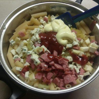 Фото рецепта - Макароны с салями, голубым сыром и карамелизированным луком - шаг 6