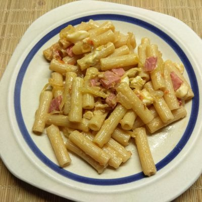 Макароны с салями, голубым сыром и карамелизированным луком - рецепт с фото