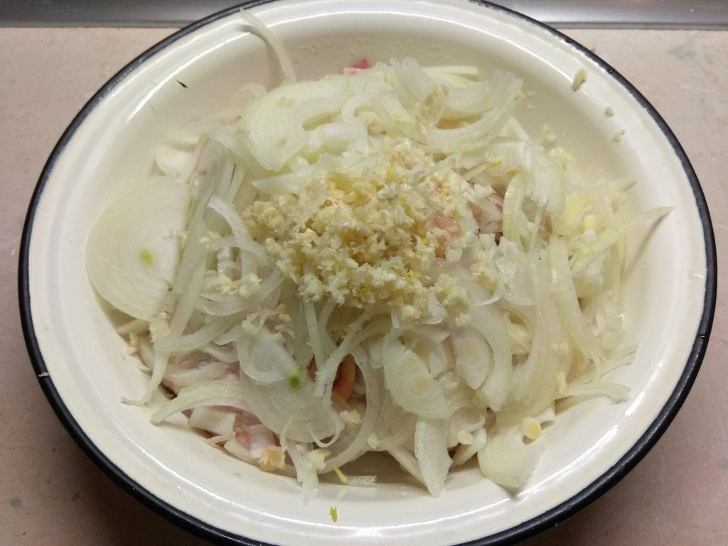 Фото рецепта - Куриные бедра, запеченные с помидорами в азиатском стиле - шаг 3
