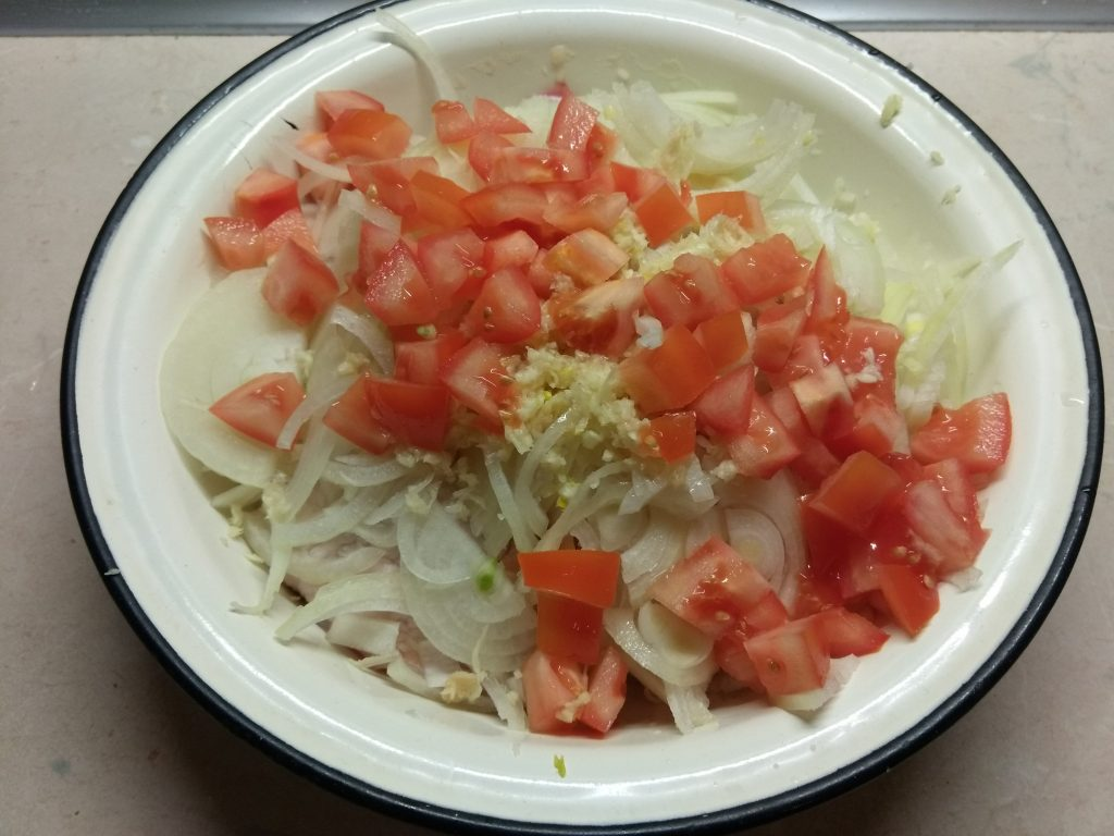 Фото рецепта - Куриные бедра, запеченные с помидорами в азиатском стиле - шаг 4