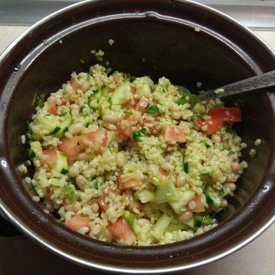Фото рецепта - Салат из булгура, с консервированной фасолью, помидорами и огурцами - шаг 6