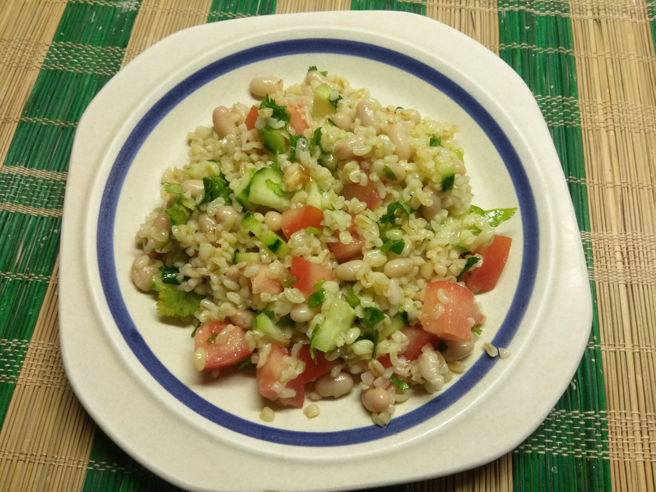 Салат из булгура, с консервированной фасолью, помидорами и огурцами
