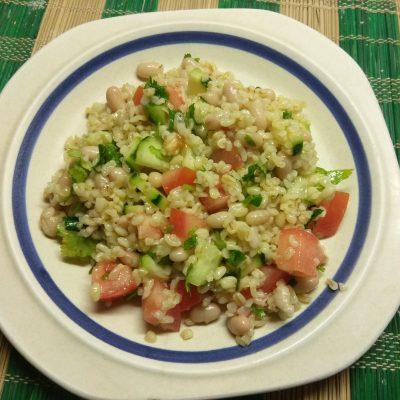 Салат из булгура, с консервированной фасолью, помидорами и огурцами - рецепт с фото
