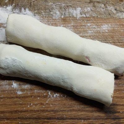 Фото рецепта - Закусочный рулет из слоеного теста с колбасой и помидорами - шаг 5