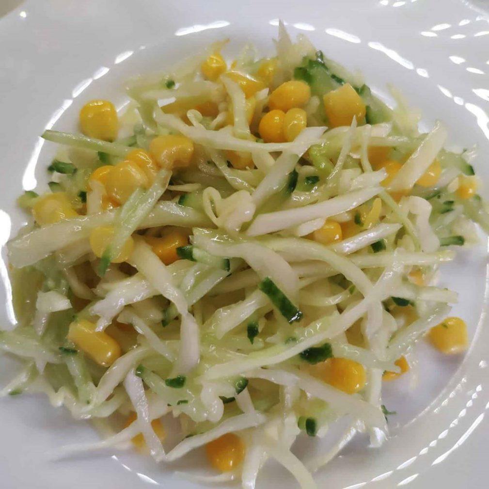 Фото рецепта - Капустный салат с огурцом и кукурузой - шаг 5