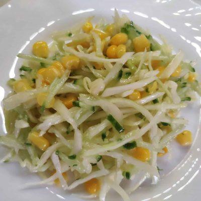 Капустный салат с огурцом и кукурузой - рецепт с фото
