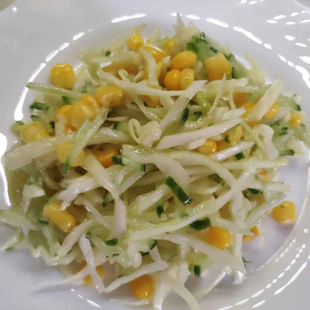 Капустный салат с огурцом и кукурузой