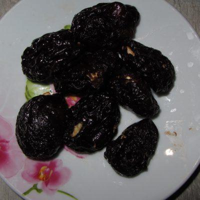 Фото рецепта - Чернослив фаршированный орехами под соусом - шаг 3