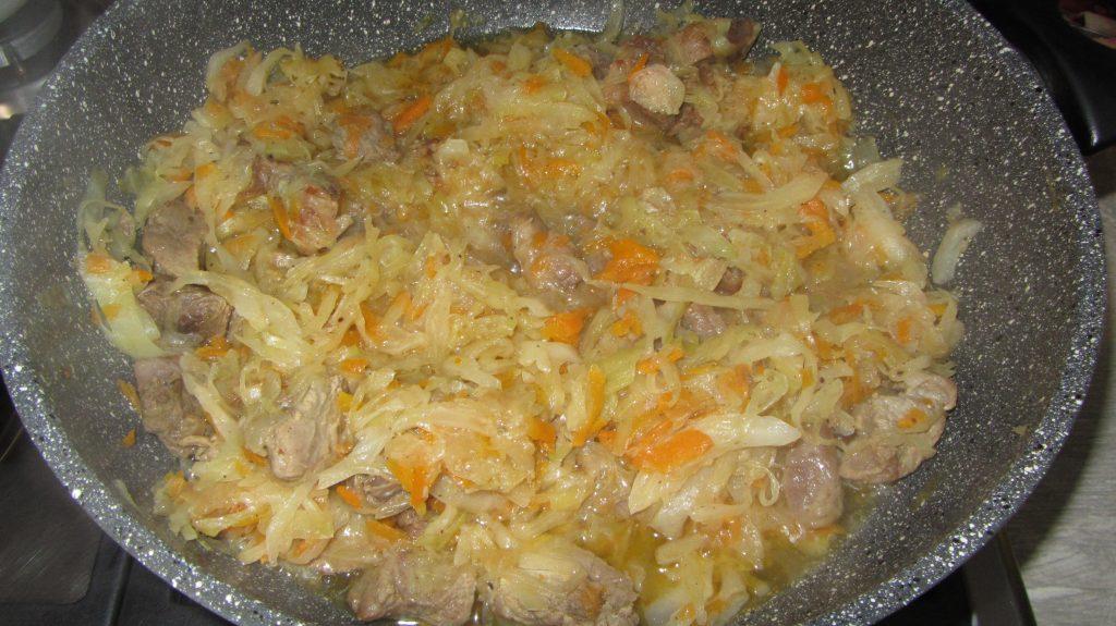 Фото рецепта - Тушеная капуста с мясом - шаг 7