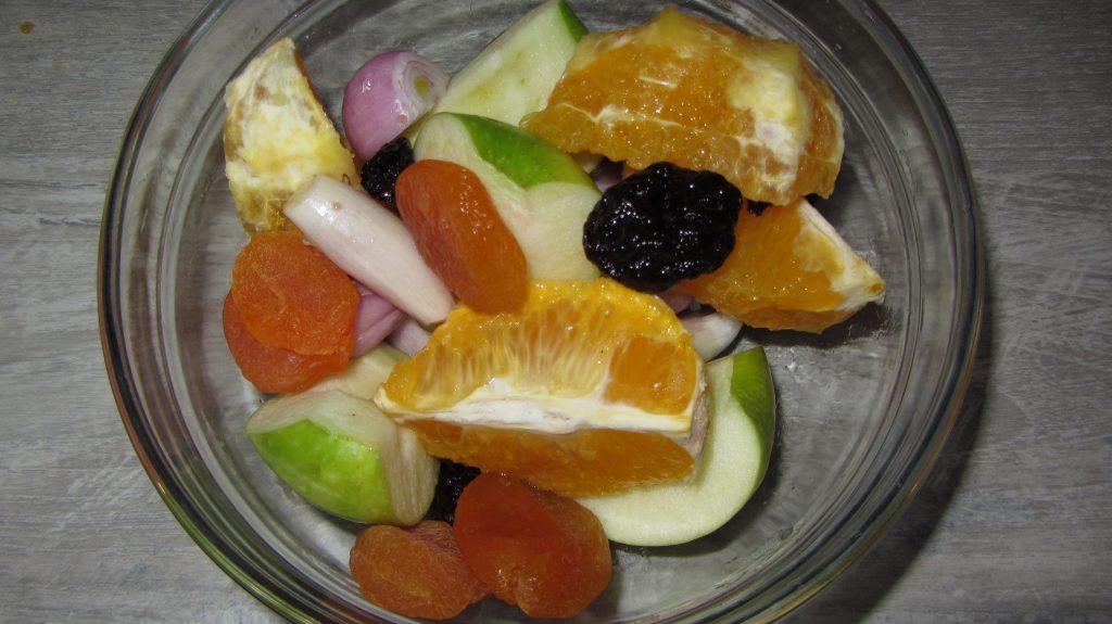 Фото рецепта - Запеченная утка с яблоками, курагой и апельсинами (в рукаве) - шаг 3